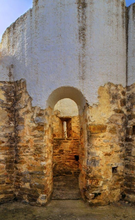 Fördärvar av forntida kyrka royaltyfria bilder