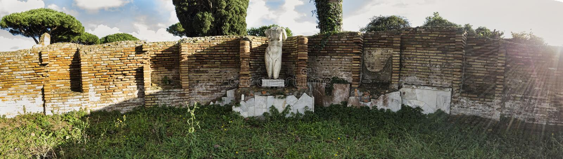 Fördärvar av forntida Ostia, återstår av en marmorstaty av en naken kvinna som kapituleras av tegelstenväggar - Rome royaltyfri bild