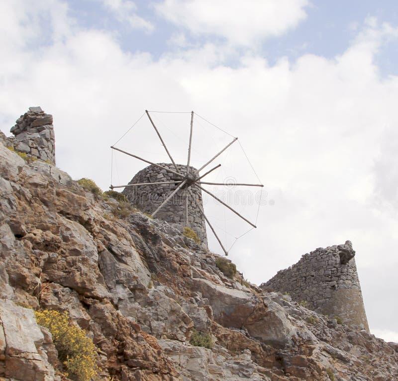 Fördärvar av forntida Venetian väderkvarnar som byggs i det 15th århundradet, den Lassithi platån, Kreta, Grekland royaltyfri bild