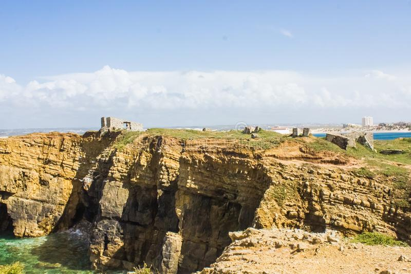 Fördärvar av forte- da Luz Fort av ljus, på den portugisiska västra kusten, Peniche royaltyfria bilder
