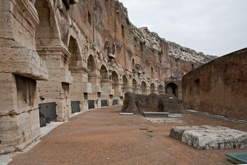 Fördärvar av gångbanan på colosseumen royaltyfria foton