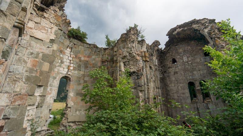 Fördärvar av gammal tibetan kloster och kyrka i den Cevizli byn, Savsat, Artvin, Turkiet arkivfoton
