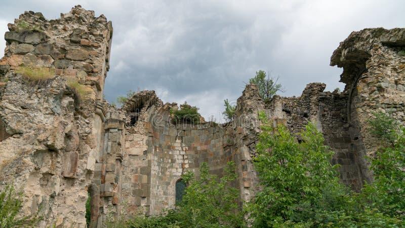 Fördärvar av gammal tibetan kloster och kyrka i den Cevizli byn, Savsat, Artvin, Turkiet arkivfoto
