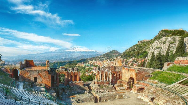 Fördärvar av gammalgrekiskateater i den Taormina och Etna vulkan i bakgrunden royaltyfria bilder