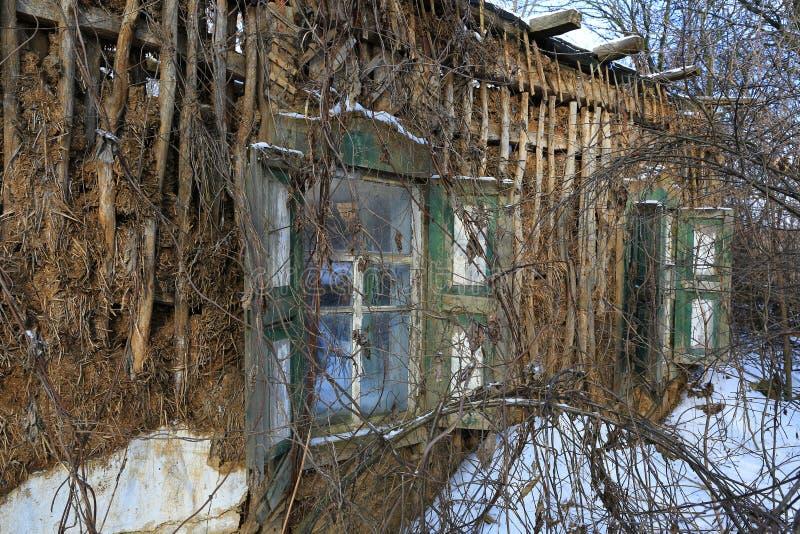 Fördärvar av gammalt lantligt hus royaltyfri bild
