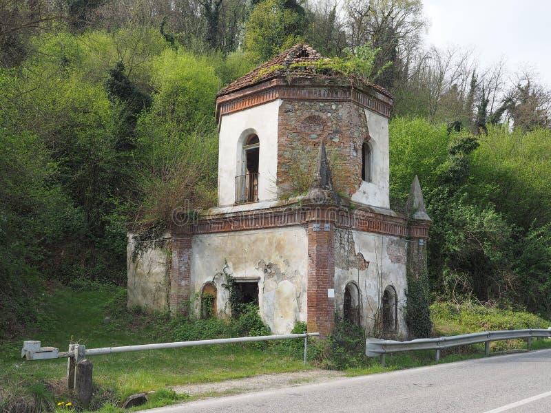Fördärvar av gotiskt kapell i Chivasso, Italien royaltyfri foto