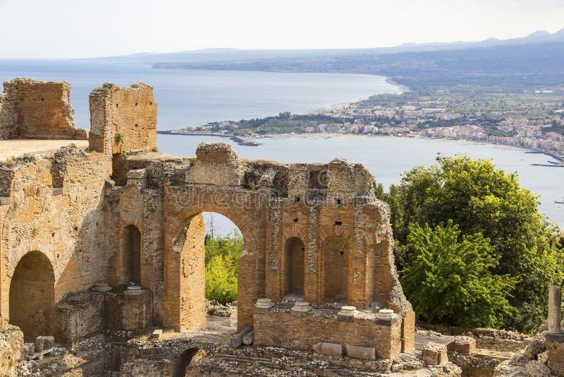 Fördärvar av grekisk teater i Taormina, Sicilien, Italien royaltyfri foto