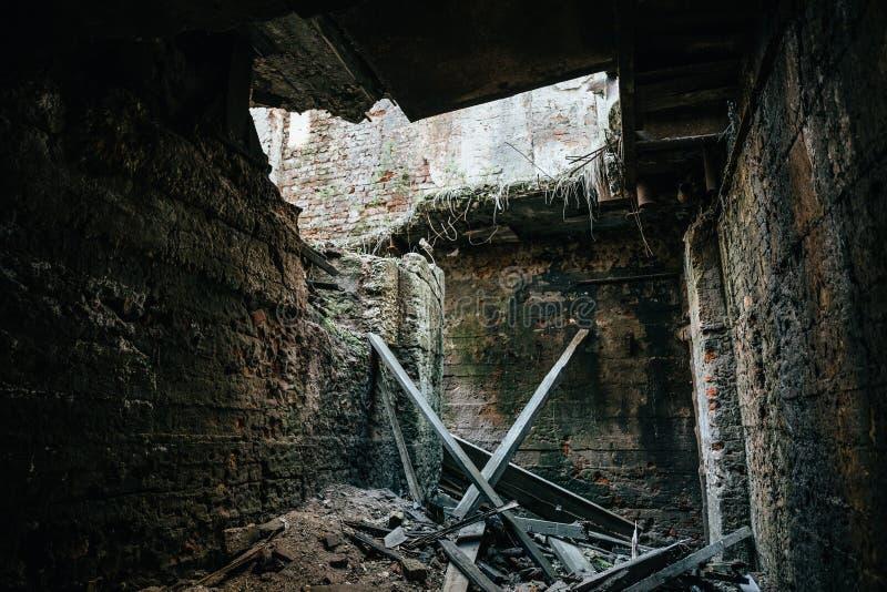 Fördärvar av industribyggnadinre efter katastrof eller kriget eller jordskalvet Kollapsat tak, grupp av spillror och skräp arkivbilder