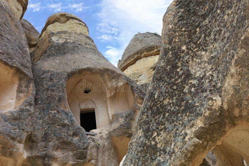 Fördärvar av kloster- celler av en gammal forntida grottatempel i bergdalen av Cappadocia arkivfoto