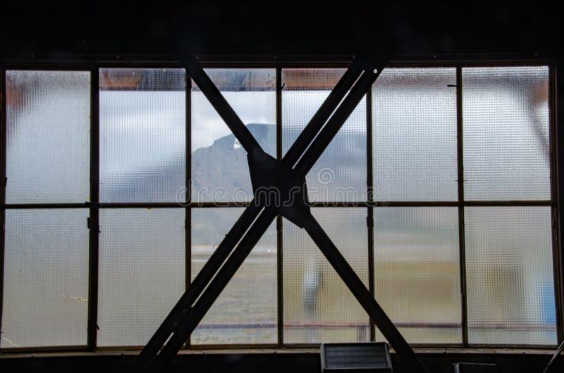 Fördärvar av kolgruva i Longyearbyen - fönster royaltyfri foto