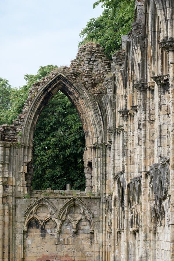 Fördärvar av kyrka för St Mary ` s i York, UK, med träd i bakgrunden royaltyfri fotografi