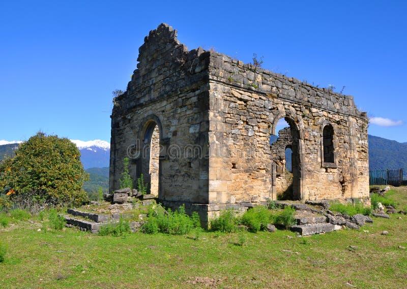Fördärvar av kyrkan nära den Bedia domkyrkan Abchazien royaltyfri fotografi