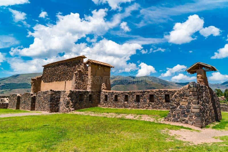 Fördärvar av magasin i Inca Raqchi Temple på den Cusco regionen arkivfoto