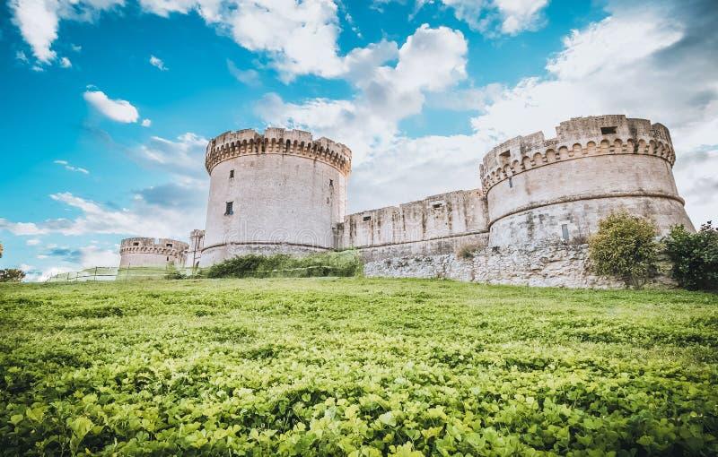 Fördärvar av medeltida gammalt torn av slotten under blå himmel i Matera Italien royaltyfri fotografi
