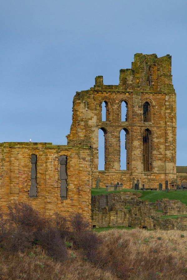 Fördärvar av medeltida Tynemouth priorskloster och slotten, UK arkivbild