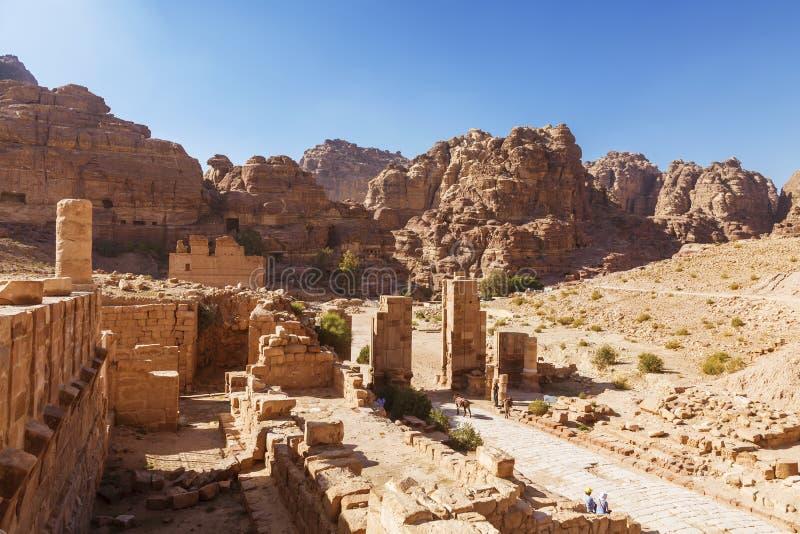 Fördärvar av romersk arkitektur i Petra, huvudstaden av det Nabataean kungariket royaltyfria foton