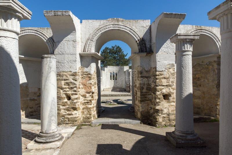 Fördärvar av rund guld- kyrka nära huvudstaden av den första bulgariska välden stora Preslav Veliki Preslav, Bu arkivbild
