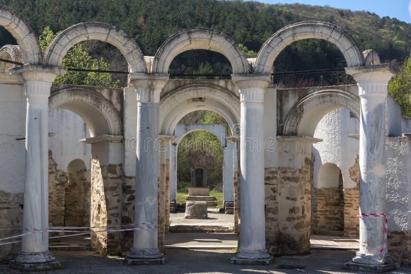 Fördärvar av rund guld- kyrka nära huvudstaden av den första bulgariska välden stora Preslav Veliki Preslav, Bu fotografering för bildbyråer