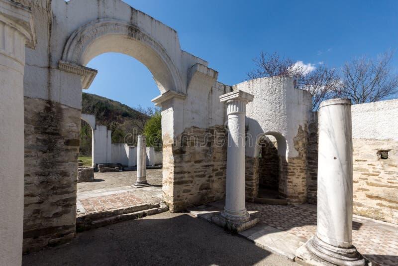 Fördärvar av rund guld- kyrka nära huvudstaden av den första bulgariska välden stora Preslav Veliki Preslav, Bu royaltyfri bild