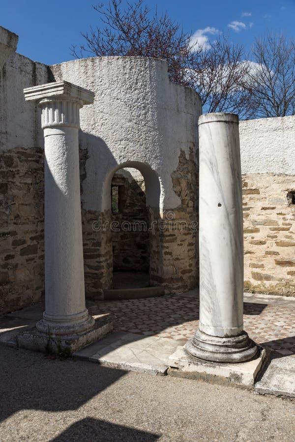 Fördärvar av rund guld- kyrka nära huvudstaden av den första bulgariska välden stora Preslav Veliki Preslav, Bu royaltyfri fotografi