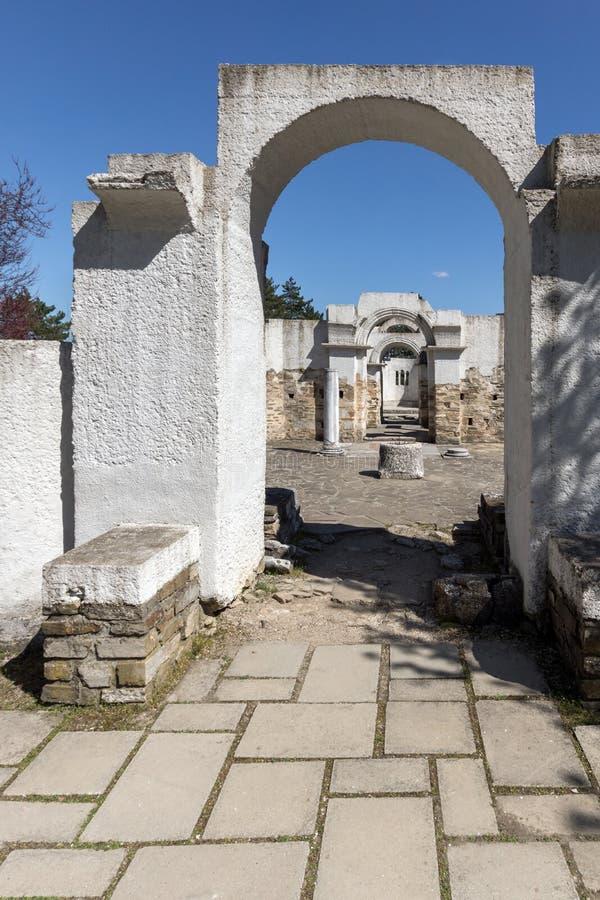 Fördärvar av rund guld- kyrka nära huvudstaden av den första bulgariska välden stora Preslav Veliki Preslav, Bu arkivfoto