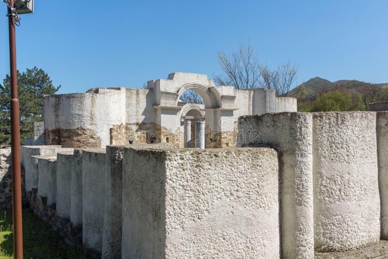 Fördärvar av rund guld- kyrka nära huvudstaden av den första bulgariska välden stora Preslav Veliki Preslav, Bu royaltyfri foto