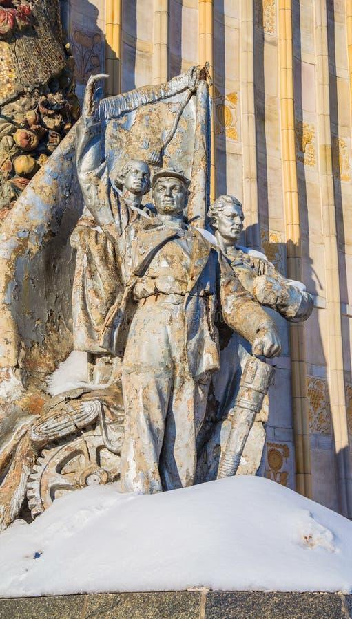 Fördärvar av skulptur från tiderna av Sovjetunionenet royaltyfria bilder