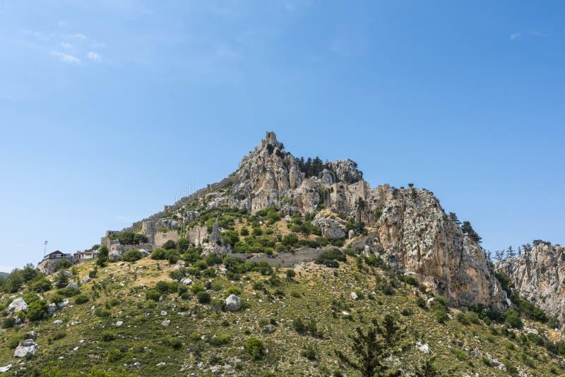 Fördärvar av slott för St Hilarion överst av berget, det Kyrenia området, nordliga Cypern fotografering för bildbyråer