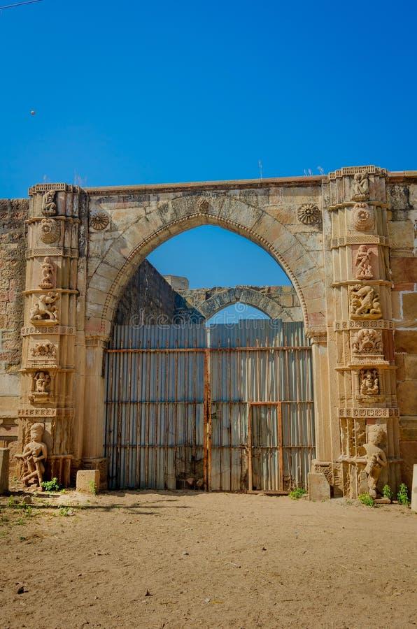 Fördärvar av slott i den Halvad staden i Gujarat royaltyfri bild