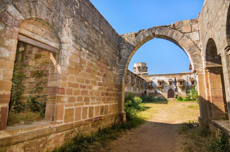 Fördärvar av slott i den Halvad staden i Gujarat arkivbilder