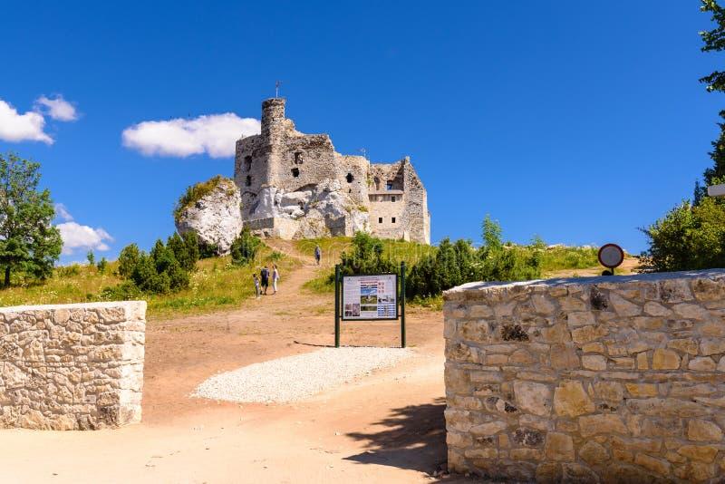Fördärvar av slott i Mirow by, en av de medeltida slottarna som kallas Eagles som reden skuggar arkivbilder