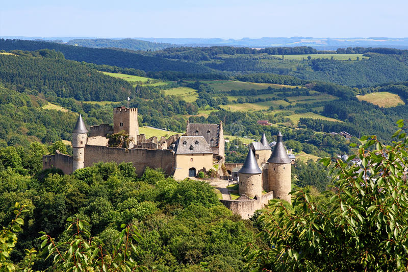 Fördärvar av slotten Bourscheid, Luxembourg arkivfoton