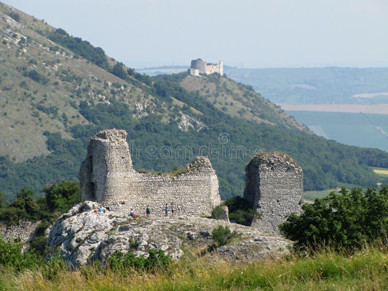 Fördärvar av slotten för dek för ¡ för SirotÄ  à Hrà och slotten för ky för  för DÄ-› viÄ, den Palava regionen, södra Moravia,  fotografering för bildbyråer