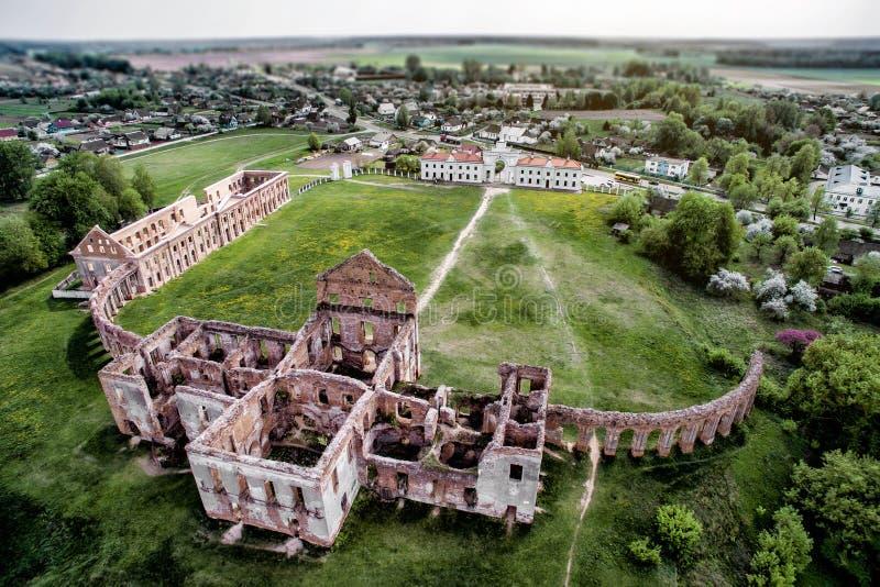 Fördärvar av slotten i den Vitryssland republiken Ruzhany slott glass förstorande översiktslopp för destination arkivbild