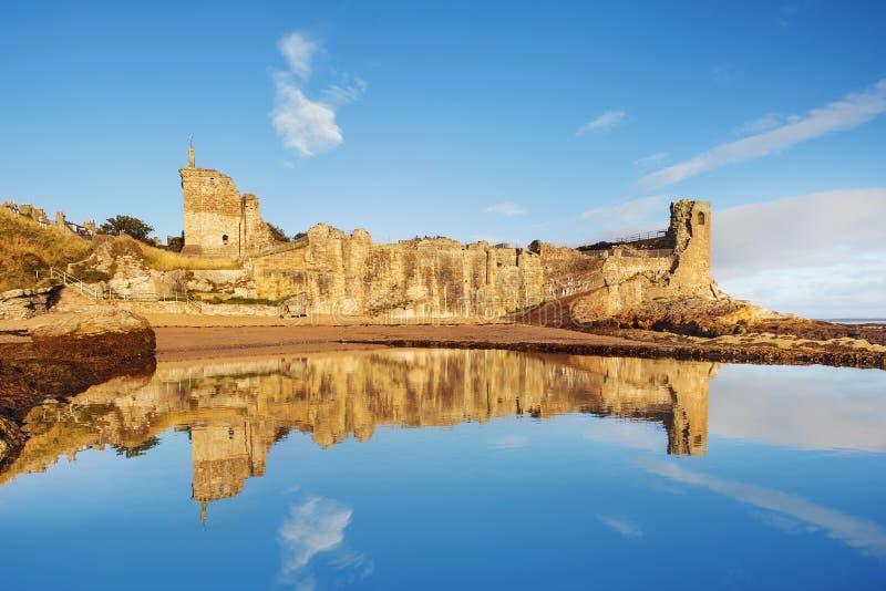 Fördärvar av St Andrews Castle, pickolaflöjten, Skottland royaltyfri fotografi