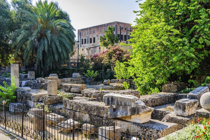 Fördärvar av templet av aphroditen i fyrkanten av Symi i den gamla staden Rhodes Grekland fotografering för bildbyråer
