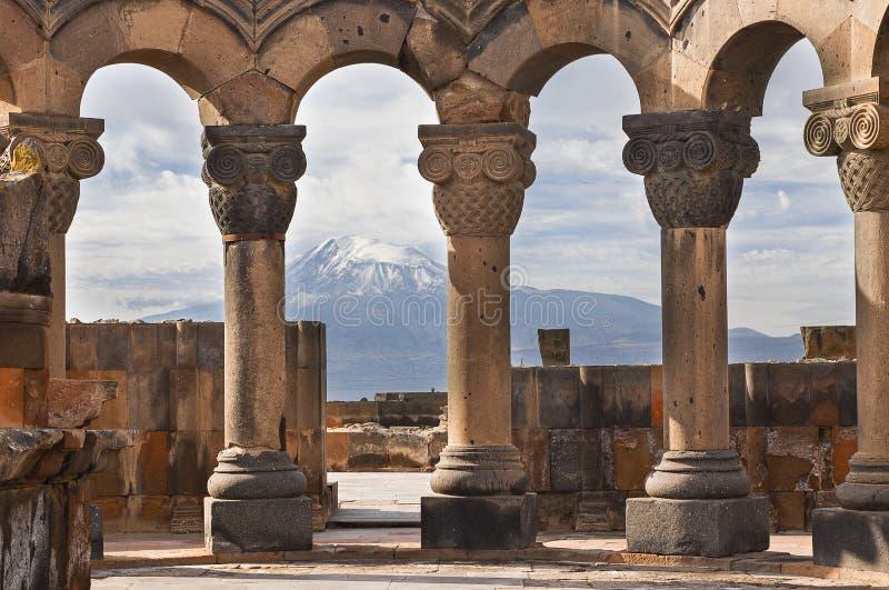 Fördärvar av templet av Zvartnots och Mountet Ararat i bakgrunden, i Yerevan, Armenien royaltyfri fotografi