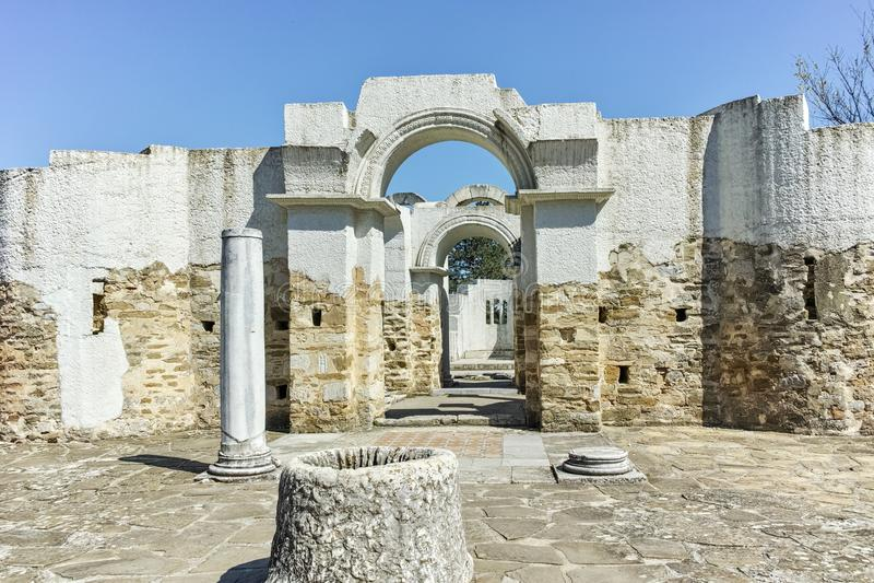 Fördärvar av tidigt den 10th århundraderundakyrkan av St John nära huvudstaden av den första bulgariska välden stora Preslav arkivbild