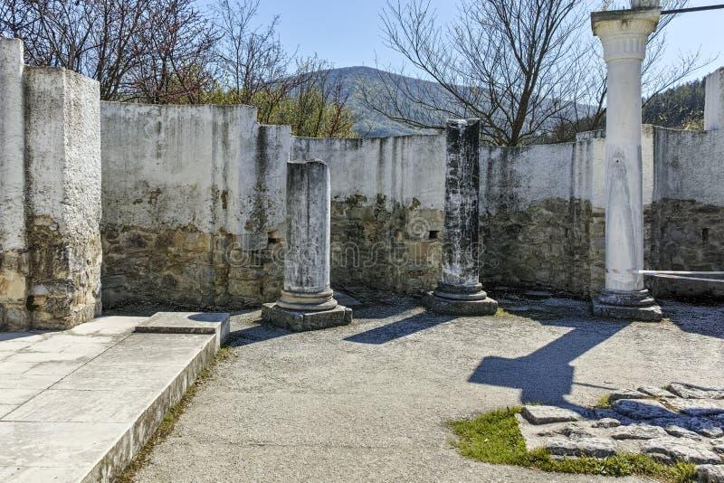 Fördärvar av tidigt den 10th århundraderundakyrkan av St John nära huvudstaden av den första bulgariska välden stora Preslav royaltyfria foton