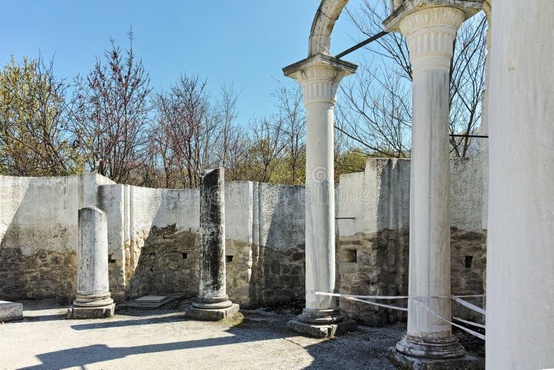 Fördärvar av tidigt den 10th århundraderundakyrkan av St John nära huvudstaden av den första bulgariska välden stora Preslav fotografering för bildbyråer