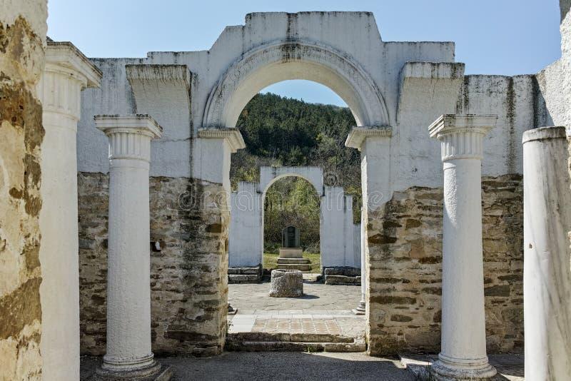 Fördärvar av tidigt den 10th århundraderundakyrkan av St John nära huvudstaden av den första bulgariska välden stora Preslav royaltyfri fotografi