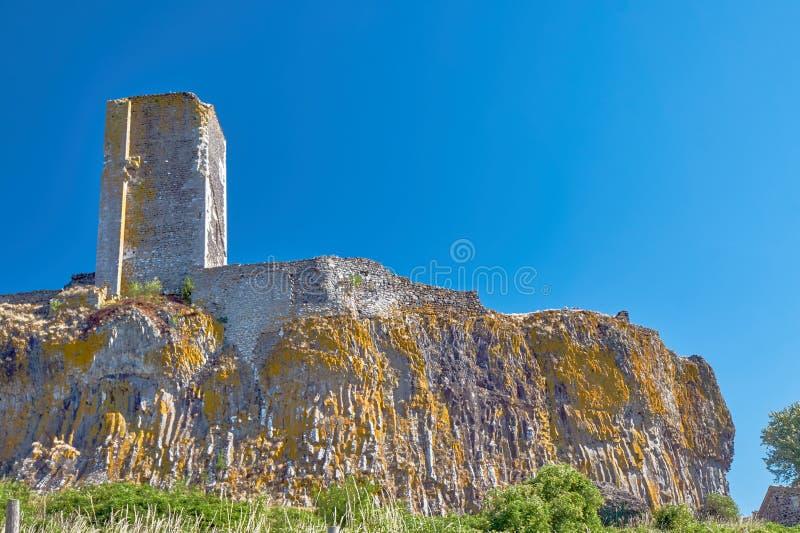 Fördärvar av tornet av en medeltida slott på en vagga fotografering för bildbyråer