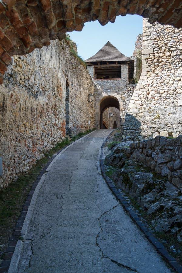 Fördärvar av Trencin den medeltida slotten royaltyfri bild