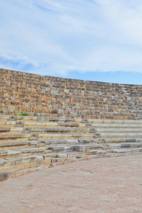 Fördärvar av tribun av den berömda utomhus- teatern i cypriotiska salamier, turkiska nordliga Cypern Salamier var gammalgrekiskas arkivbilder