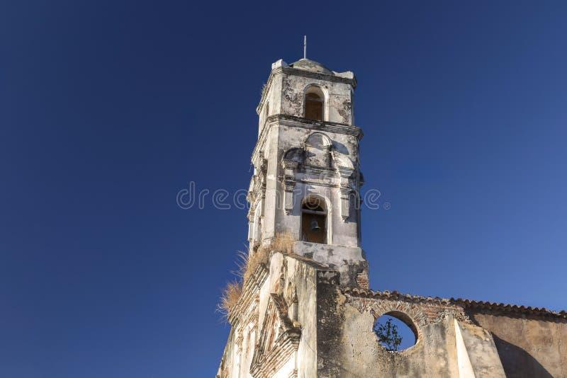Fördärvar den gamla spanska kyrkan för det Klocka tornet Plazaborgmästaren Trinidad Cuba royaltyfri bild