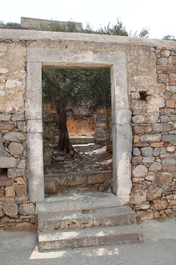 Fördärvar fästningen för den Spinalonga spetälskkolonin, Elounda, Kreta royaltyfria bilder