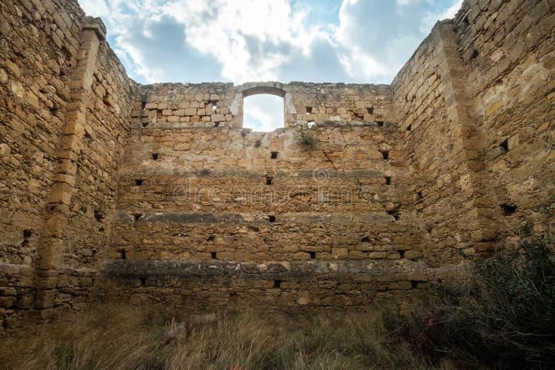 Fördärvar funnit på kusten av nordliga Cypern som står höger på havet royaltyfri bild