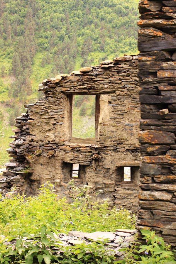 Fördärvar i den Dartlo byn Tusheti region (Georgia) royaltyfria bilder