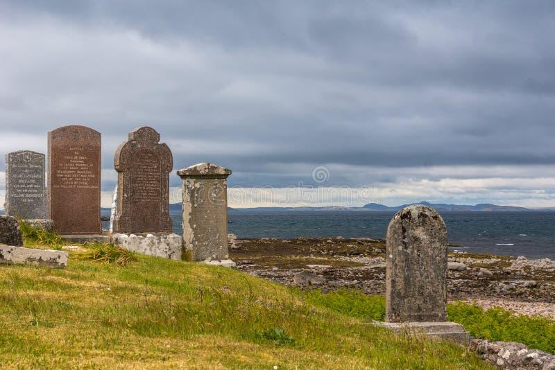 Fördärvar och gravstenar på kyrkogården för den Laide den historiska strandsidan, NW S arkivfoton