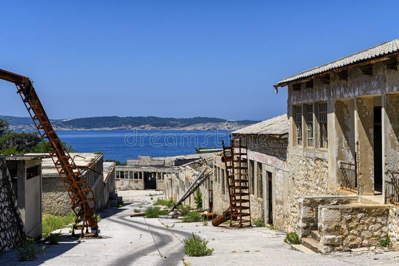 Fördärvar på det Goli otokfängelset i Kroatien royaltyfri foto